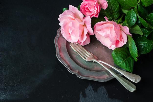Cadre de table d'été avec des roses