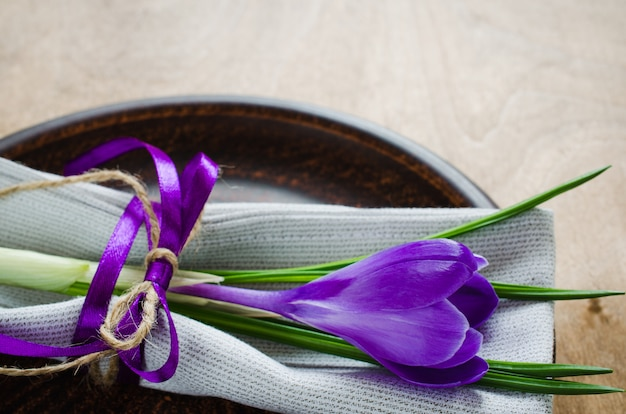 Cadre de table de fête au printemps avec fleurs fraîches.