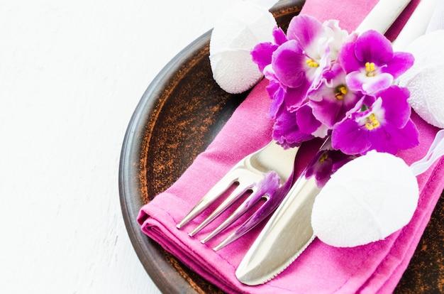 Cadre de table de fête de pâques avec des fleurs fraîches.