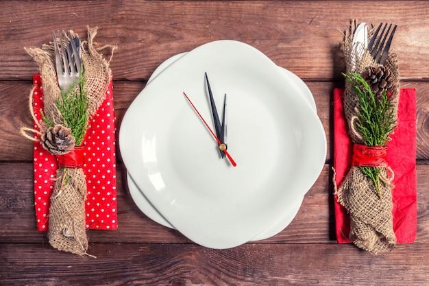 Cadre de table de noël avec assiette, couverts et décorations