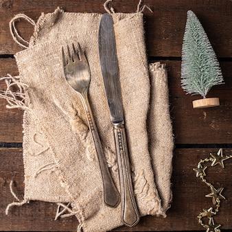 Cadre de table de noël couverts de fête fourchette couteau vaisselle repas du nouvel an sur la table espace de copie