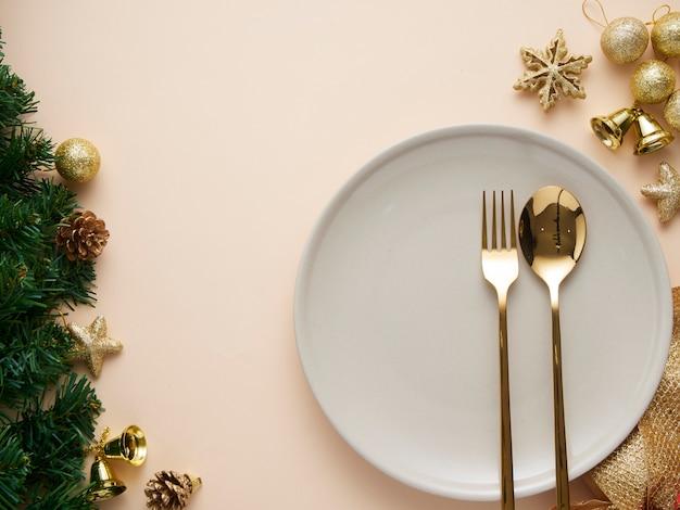 Cadre de table de noël avec décorations dorées