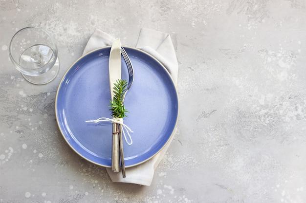 Cadre de table de noël ou du nouvel an avec décorations de fête.