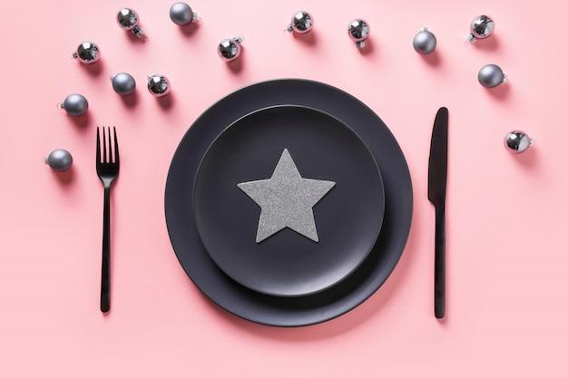 Cadre de table de noël noir avec étoile. vue de dessus.
