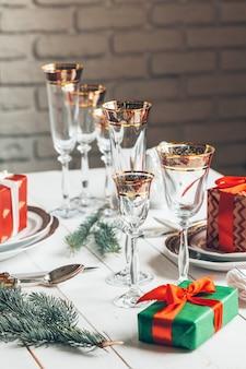 Cadre de table de noël rouge magnifique avec décorations bouchent