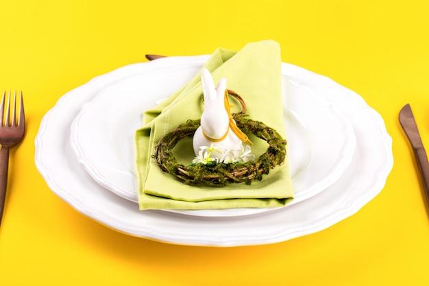 Cadre de table de pâques sur un fond jaune vif.