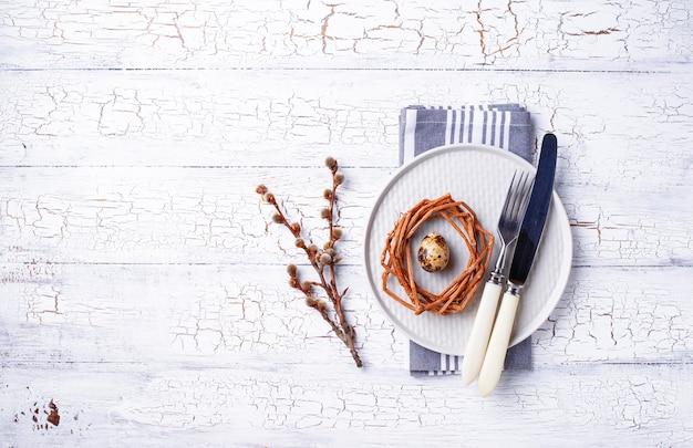 Cadre de table de pâques avec des oeufs de caille