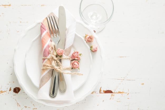 Cadre de table romantique avec fleurs mortes