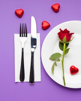 Cadre de table romantique laïque avec rose rouge
