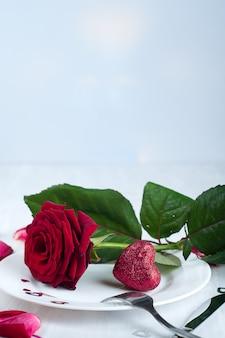 Cadre de table romantique avec rose