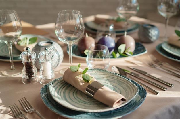 Cadre de table vert de luxe décoré de bougies