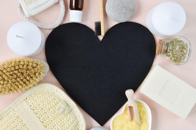 Cadre de texte en forme de cœur autour d'accessoires pour bain et spa