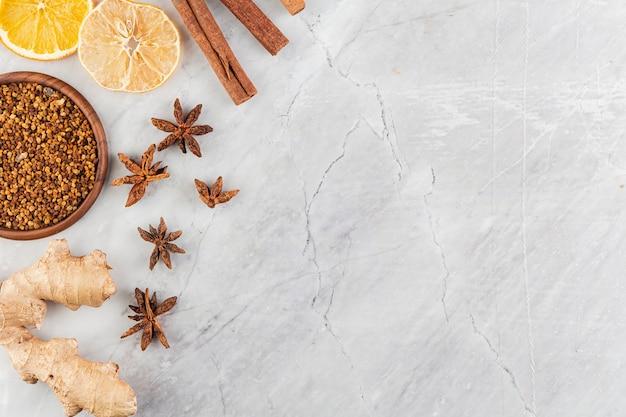 Cadre avec des tranches d'agrumes et fond de marbre