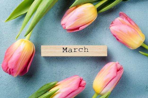 Cadre de tulipes avec étiquette de mois de mars