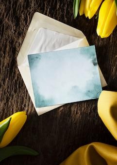 Cadre de tulipes vue de dessus avec carte de voeux