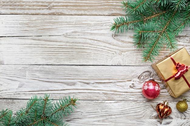 Cadre de vacances de décorations de noël sur fond blanc avec une branche de sapin