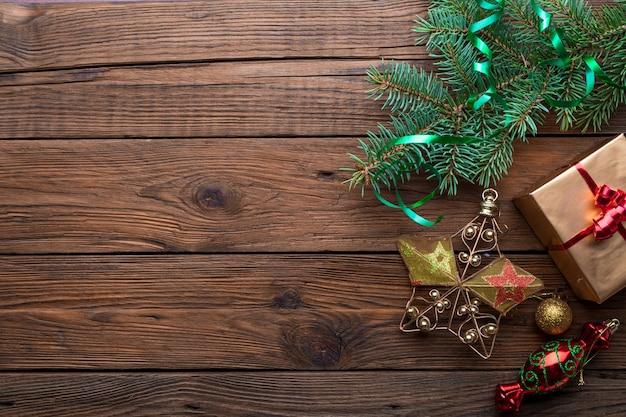 Cadre de vacances de décorations de noël sur fond de bois vieux