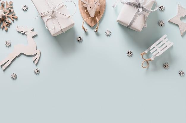Cadre de vacances de noël avec décor en bois blanc bricolage, rennes, cadeaux et flocons de neige