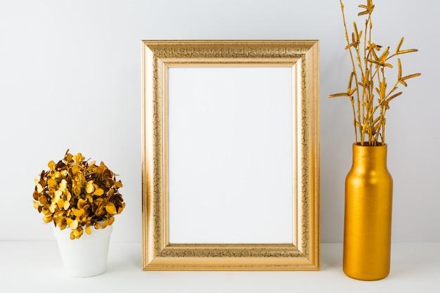 Cadre avec vase doré