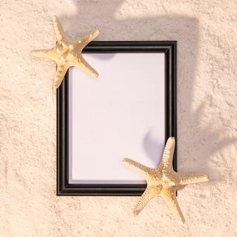Cadre vertical noir avec des étoiles de mer