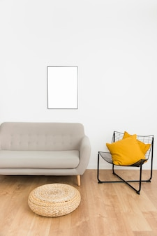 Cadre vide avec canapé et chaise