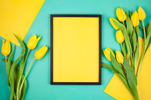 Cadre vide décoratif avec espace copie et bouquet de tulipes