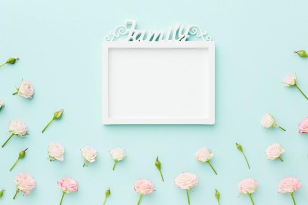 Cadre vide de famille avec des fleurs