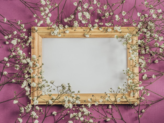 Cadre vide maquette. fleurs blanches.