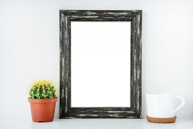 Cadre vide noir avec fond isolé blanc.