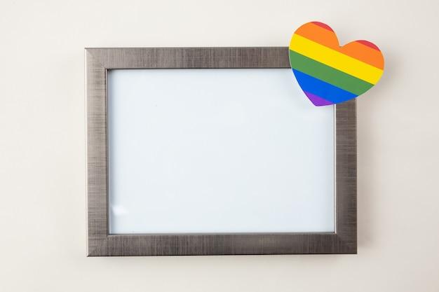 Cadre vide pour texte, symbole lgbt, homosexuel sur fond bleu