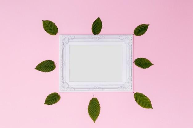 Cadre vide victorien avec des feuilles mignonnes