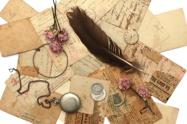 Cadre de vieille montre, cartes postales, photographies et fleurs