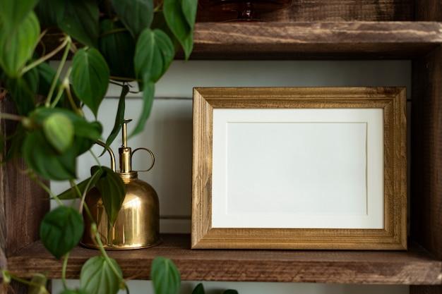 Cadre vierge sur des idées de décoration d'étagère pour plantes