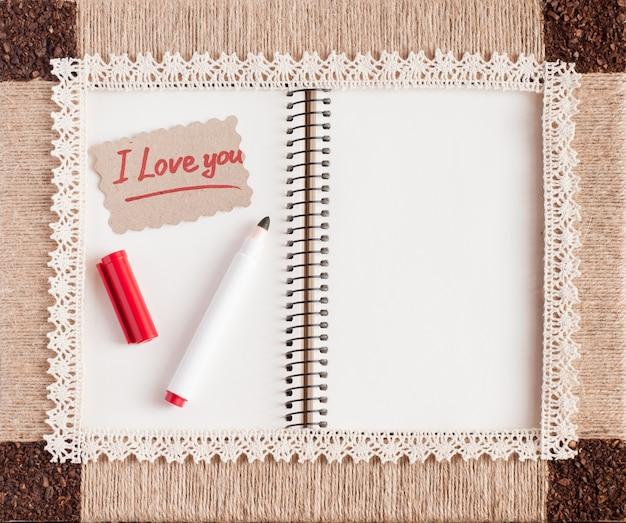 Cadre vintage avec ficelle, café et dentelle. bloc-notes et les mots «je t'aime».
