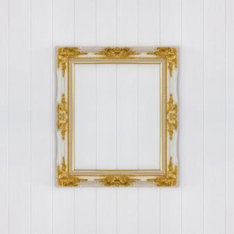Cadre vintage sur mur en bois blanc