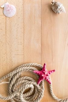Cadre de voyage en mer vertical sur des planches en bois avec espace de copie