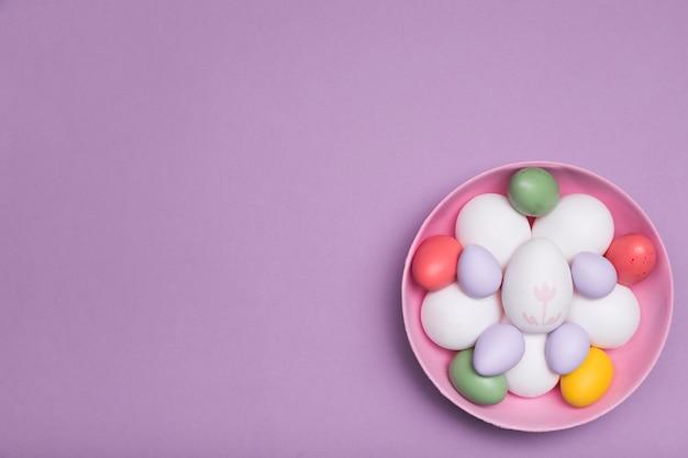 Cadre de vue ci-dessus avec des œufs dans un bol