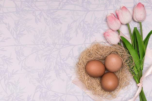 Cadre de vue ci-dessus avec des tulipes et des œufs
