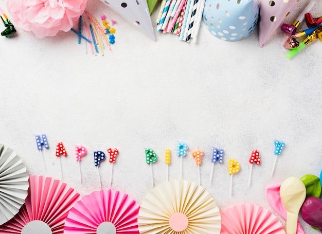 Cadre vue de dessus avec des articles d'anniversaire