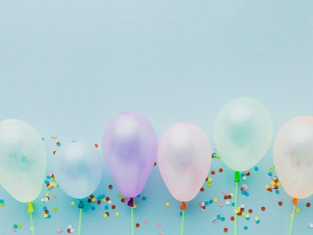 Cadre de vue de dessus avec des ballons et des confettis