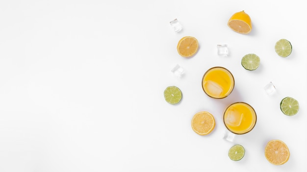 Cadre vue de dessus avec boissons et espace copie