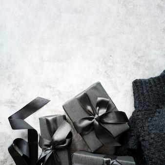 Cadre de la vue de dessus avec cadeaux et espace de copie