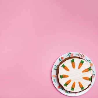 Cadre vue de dessus avec un délicieux gâteau sur une plaque