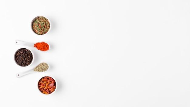 Cadre vue de dessus avec des épices dans des bols