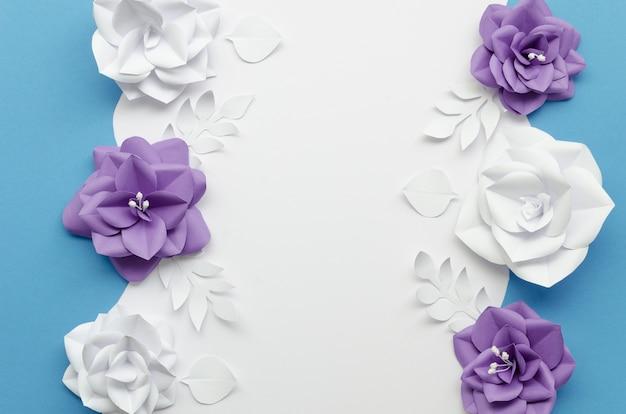 Cadre vue de dessus avec des fleurs violettes et blanches