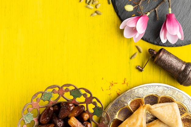 Cadre de vue de dessus avec nourriture et fleur