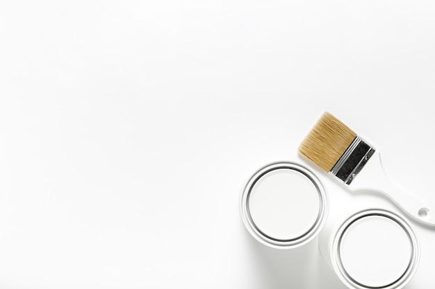 Cadre vue de dessus avec des pinceaux et des contenants de peinture