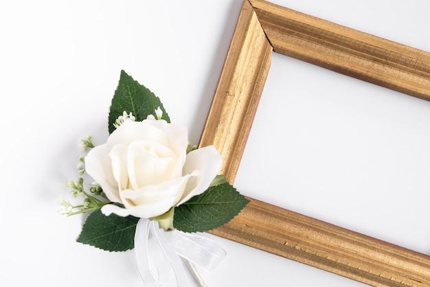 Cadre de vue de dessus avec rose blanche