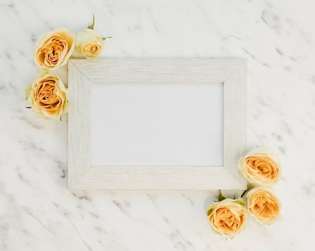 Cadre vue de dessus avec des roses jaunes