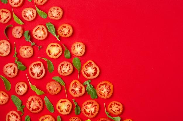 Cadre vue de dessus avec des tomates en tranches